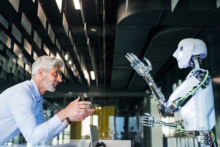 Human and roboter in conversation