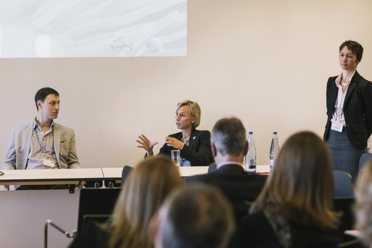 Anna-Katharina Hornidge (right) chaired the first session, with statements by Hart Nadav Feuer (left) and Hildegard Westphal. (Foto: Sven Stolzenwald für VolkswagenStiftung)