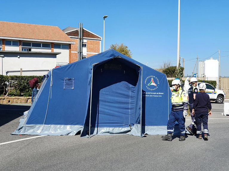 Freiwillige bauen während der Coronakrise ein sogenanntes Pre-Triage-Zelt neben einem Kinderkrankenhaus in Fiumicino, Italien, auf. (Foto: Dipartimento Protezione Civile via Wikimedia Commons CC BY 2.0 http://creativecommons.org/licenses/by/2.0/)