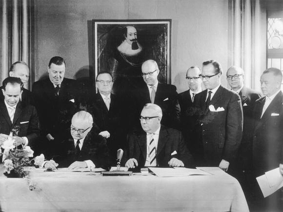 Picture of the signing of the Foundation's Contract at the Ahrensburg near Bad Eilsen on May 19, 1961