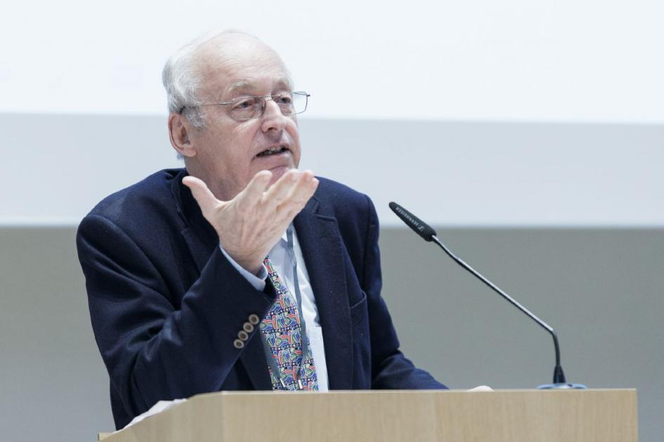 Rüdiger Wolfrum, a professor for law, explained in his talk when the government can impose standards for safe research and restrict the publication of the results of certain research, despite this constitutional guarantee of the freedom of research. (Pho