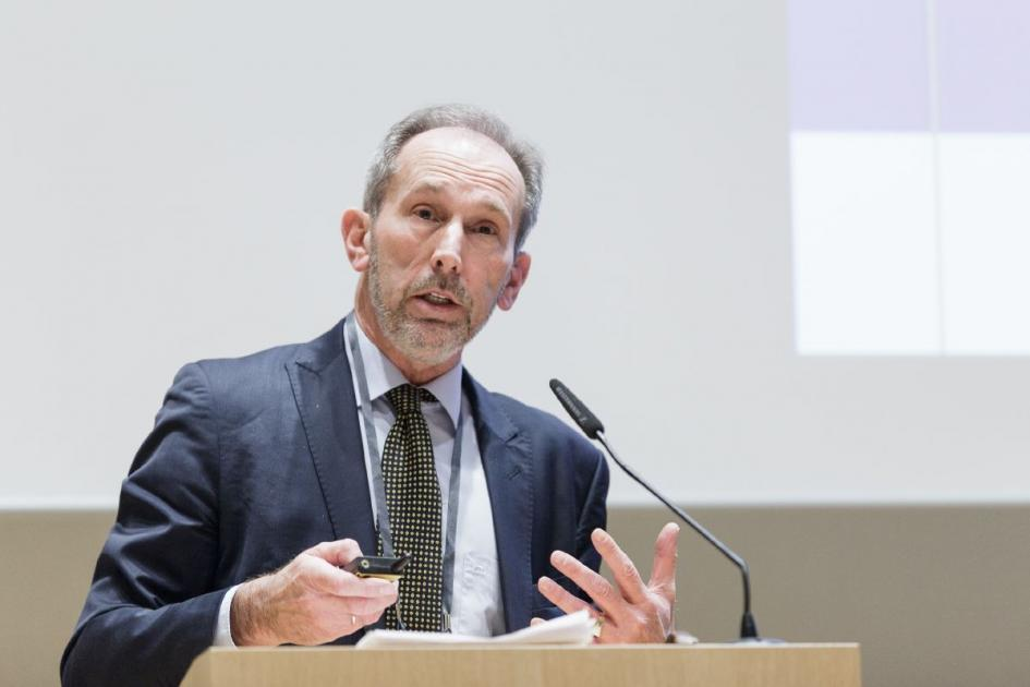 André Knottnerus, a Member of the Royal Netherlands Academy of Arts and Sciences, spoke about the separate worlds of life sciences and security policy, the impact of 9/11 and the anthrax letters, and an increased awareness as an issue for biomedicine, pu