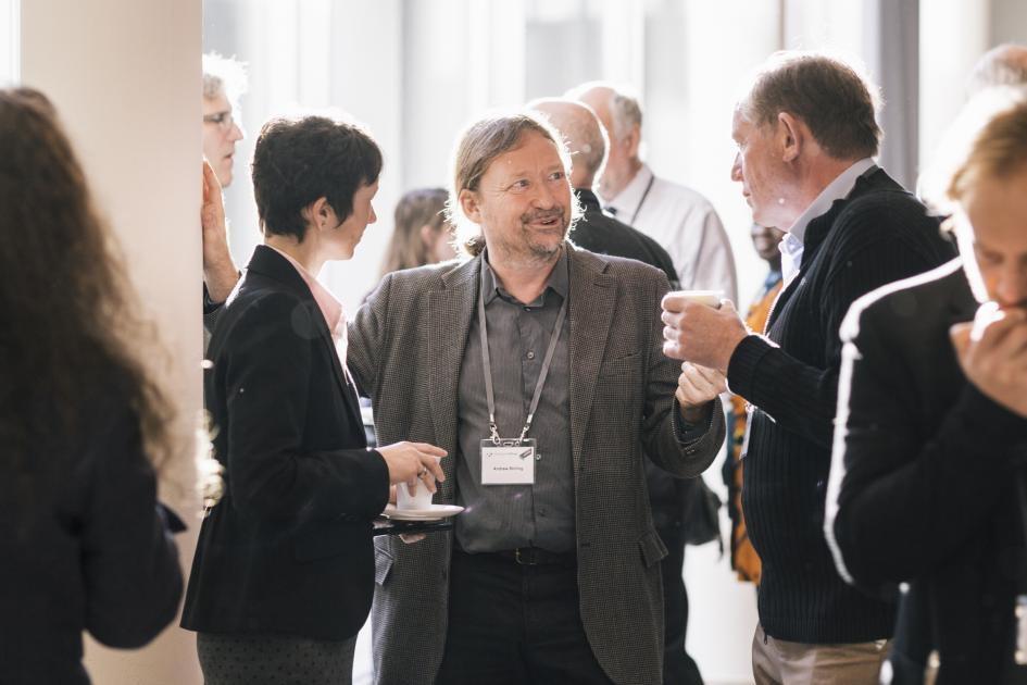 Lively discussion, here with Andrew Stirling, (not only) during the coffee breaks. (Foto: Sven Stolzenwald für VolkswagenStiftung)
