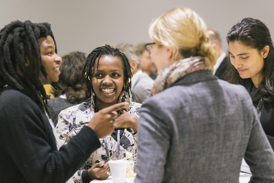 The young research journalists Sibusiso Biyela from Southafrica and Catherine Nyambura (Kenia) in discussion at the topic tables. (Foto: Sven Stolzenwald für VolkswagenStiftung)