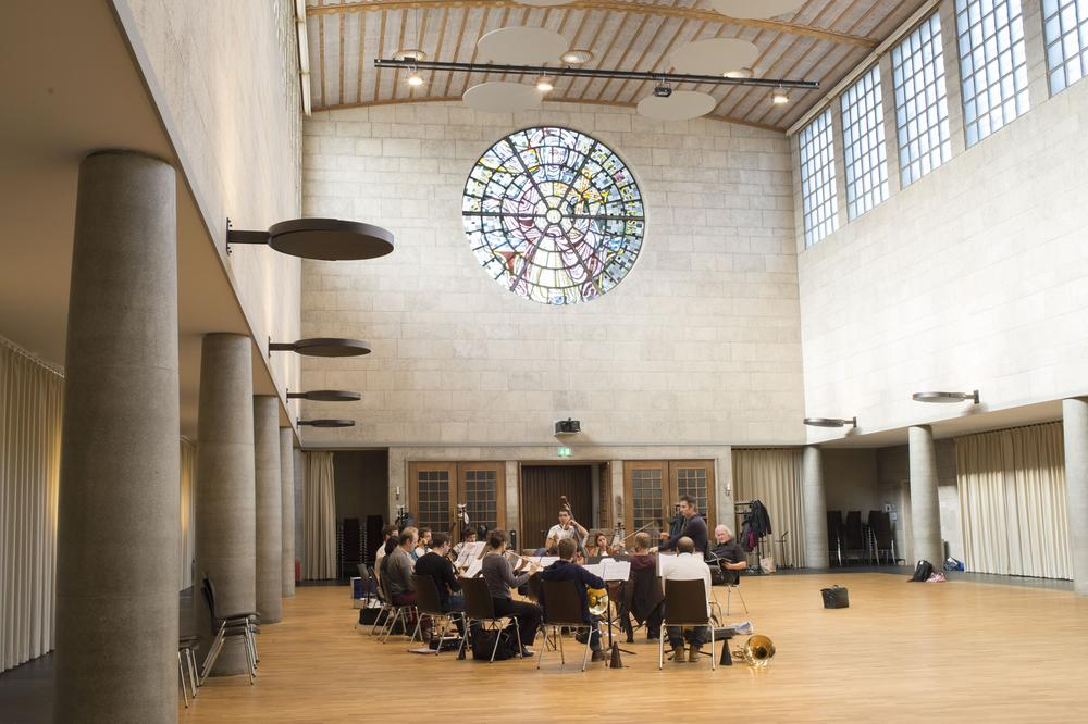 Orchester probt in Saal